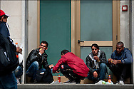 Des refugies mangent devant la gare de Vintimille apres une distribution de nourriture effectué par la croix rouge Italienne et des benevole Francais venus en soutien. Le 24 Avril 2011 © Benjamin Girette/IP3 press
