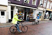 In Utrecht rijdt een man op een Pedersen fiets door de Twijnstraat. De Pedersen is een bijzonder fietsframe, ontworpen door een Deense uitvinder. De fietser zit niet op een zadel, maar op zadelvormig hangmatje dat op een brede spanband tussen het frame zit.<br /> <br /> In Utrecht a man cycles on a Pedersen bicycle, a special design.