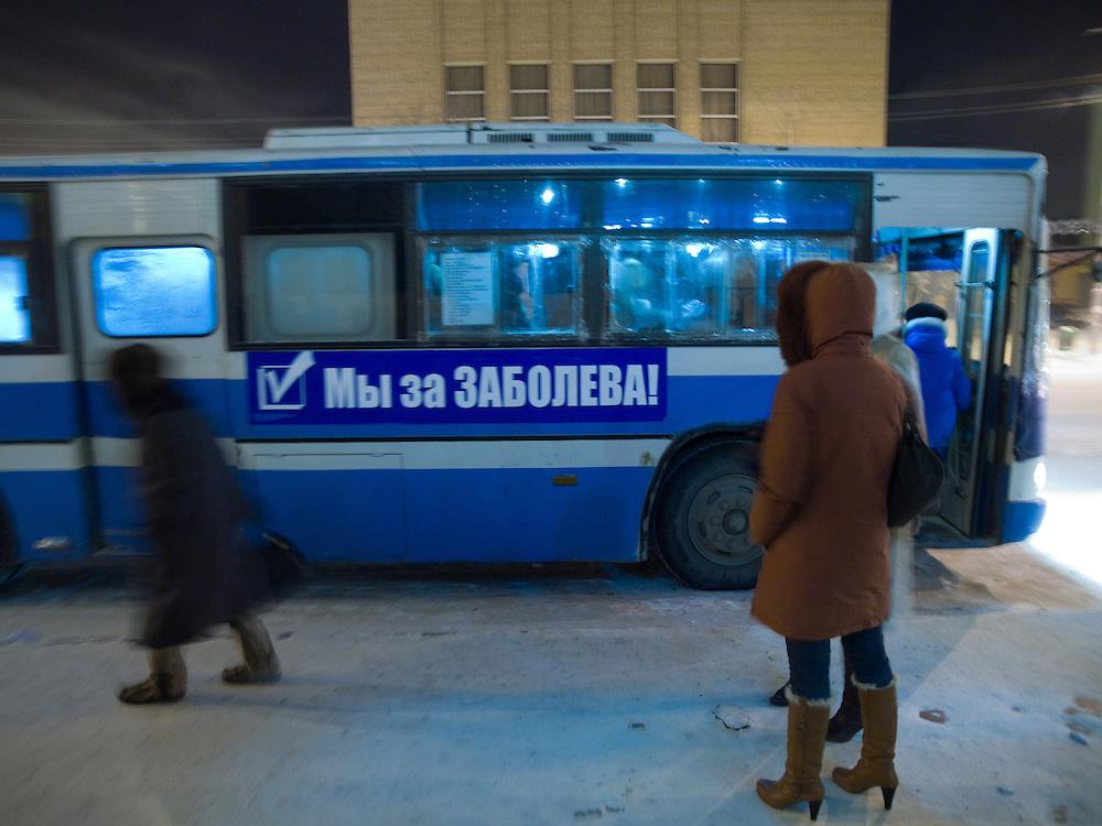 Abendliche Strassenszene in der Innenstadt von Jakutsk. Jakutsk wurde 1632 gegruendet und feierte 2007 sein 375 jaehriges Bestehen. Jakutsk ist im Winter eine der kaeltesten Grossstaedte weltweit mit durchschnittlichen Winter Temperaturen von -40.9 Grad Celsius. Die Stadt ist nicht weit entfernt von Oimjakon, dem Kaeltepol der bewohnten Gebiete der Erde.<br /> <br /> Evening street scene in the city center of Yakutsk. Yakutsk was founded in 1632 and celebrated 2007 the 375th anniversary - billboard announcing the celebration. Yakutsk is a city in the Russian Far East, located about 4 degrees (450 km) below the Arctic Circle. It is the capital of the Sakha (Yakutia) Republic (formerly the Yakut Autonomous Soviet Socialist Republic), Russia and a major port on the Lena River. Yakutsk is one of the coldest cities on earth, with winter temperatures averaging -40.9 degrees Celsius.