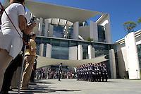 22 AUG 2004, BERLIN/GERMANY:<br /> Besucher waehrend einer Exerziervorfuehrung des Wachbataillons der Bundewehr am Tag der offenen Tuer, Ehrenhof, Bundeskanzleramt<br /> IMAGE: 20040822-01-015<br /> KEYWORDS: Kanzleramt, Buerger, Bürger, Tag der offenen Tür, Soldaten, Wachsoldaten