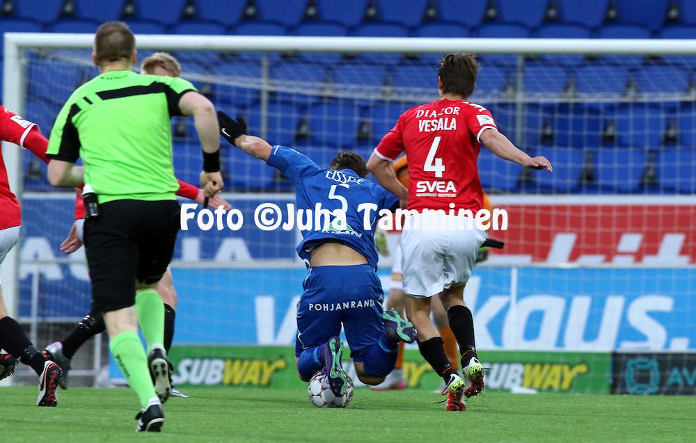 25.4.2016, Sonera Stadion, Helsinki.<br /> Veikkausliiga 2016.<br /> Helsingfors IFK - PS Kemi.<br /> Christian Eissele (PS Kemi) v Tommi Vesala (HIFK).