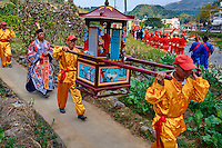 Chine, Province du Fujian, village de Taxia, fête religieuse, presentation des dieux Hakkas aux habitants du village // China, Fujian province, Taxia village, religious festival, the monk show the gods statues to the villagers
