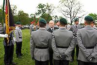 06 MAY 2004, ORANIENBURG/GERMANY:<br /> Peter Struck, SPD, Bundesverteidigungsminister, waehrend einem oeffentlichen Geloebnis von Grundwehrdienstleistenden der Bundeswehr, Schlosspark, Oranienburg<br /> Peter Struck, Federal Minister of Defense, during a swearing-in ceremony of the federal armed forces<br /> IMAGE: 20040506-02-013<br /> KEYWORDS: Vereidigung, öffentliches Gelöbnis