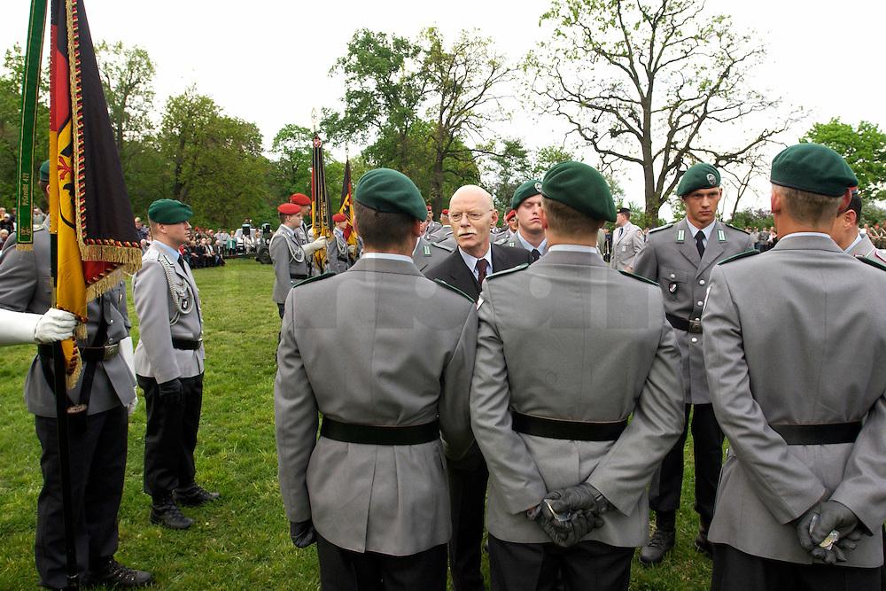 06 MAY 2004, ORANIENBURG/GERMANY:<br /> Peter Struck, SPD, Bundesverteidigungsminister, waehrend einem oeffentlichen Geloebnis von Grundwehrdienstleistenden der Bundeswehr, Schlosspark, Oranienburg<br /> Peter Struck, Federal Minister of Defense, during a swearing-in ceremony of the federal armed forces<br /> IMAGE: 20040506-02-013<br /> KEYWORDS: Vereidigung, &ouml;ffentliches Gel&ouml;bnis