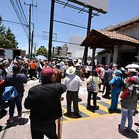 Toluca, México (Julio 05, 2018).- Simpatizantes de Morena inconformes por los resultados de la elección en el municipio de Jiquipilco se manifestaron en el Centro de Formación y Documentación Electoral del IEEM.  Agencia MVT / Crisanta Espinosa.