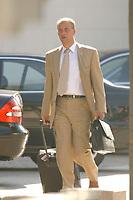 27 JUN 2003, BERLIN/GERMANY:<br /> Norbert Hansen, Vorsitzender Gewerkschaft Transnet, verlaesst mit einem Rollkoffer das Bundeskanzleramt, nach einem Gespraech des Bundeskanzlers mit den Vorsitzenden der Gewerkschaften, Bundeskanzleramt<br /> IMAGE: 20030627-01-002<br /> KEYWORDS: Kanzleramt