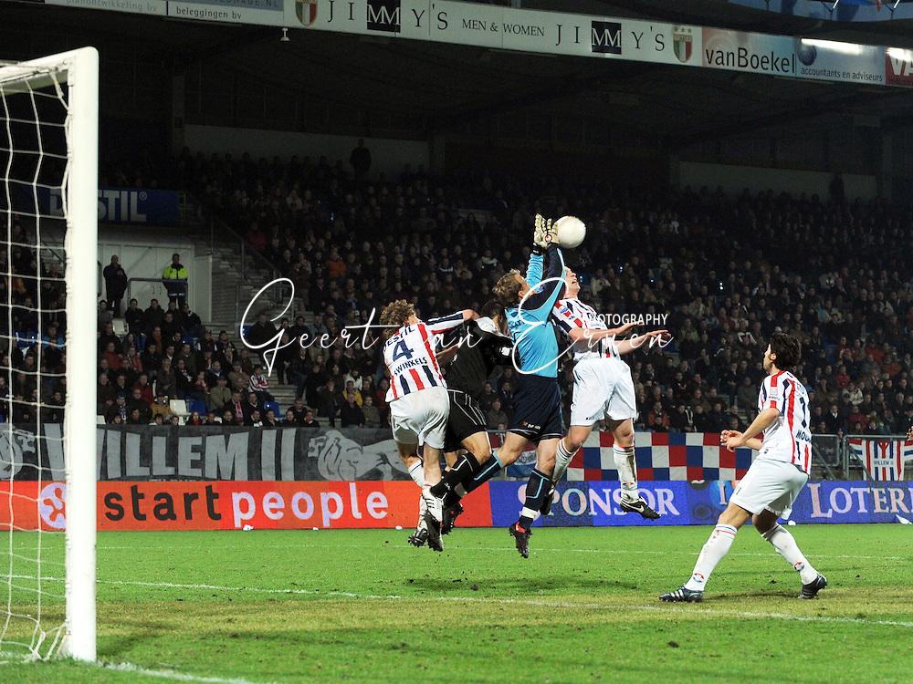 28-02-2009 Voetbal:Willem II:Heracles Almelo:Tilburg<br /> Pieckenhagen is sterk in de lucht en wint het duel van Swinkels en Biemans