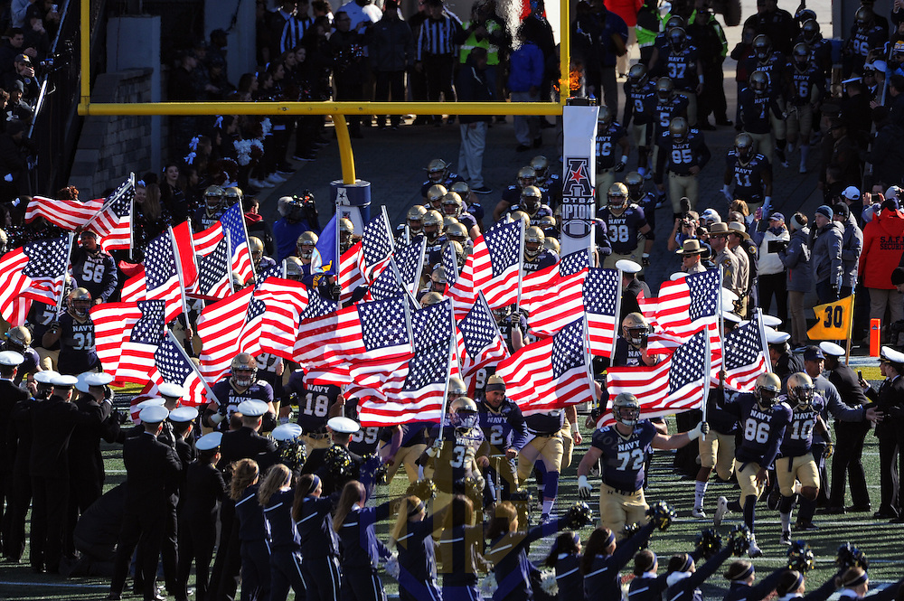 ANNAPOLIS, MD - DECEMBER 03: The Navy Midshipmen take the field for the AAC Championship game on December 3, 2016, at Navy - Marine Corps Memorial Stadium in Annapolis, MD. (Photo by Mark Goldman/Icon Sportswire)