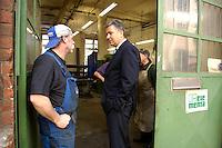 28 MAY 2006, BERLIN/GERMANY:<br /> Klaus Wowereit, SPD, Reg. Buergermeister Berlin, im Gespraech mit einer Arbeiter einer Metallwerkstatt, Buelowstrasse<br /> IMAGE: 20060528-01-066<br /> KEYWORDS: Gespräch