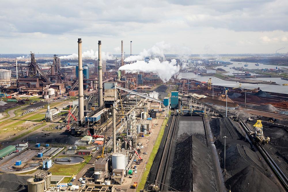 Nederland, Noord-Holland, Velsen, 16-04-2008; zicht op het terrein van Corus (voorheen Hoogovens), met cokesfabriek; rechts opslag erts, kolen, cokes; links in de achtergrond de eigenlijke hooghovens; het complex ligt in Velsen-Noord, naast het Noordzee kanaal, midden rechts de sluizen van het Noordzee kanaal; Corus: voorheen Hoogovens, gefuseerd met British Steel;.Corus steel industry, formely Hoogovens, part of the Tata Steel Group and produces hot-rolled, cold-rolled and metallic-coated steels; steel, iron, coke, ore, coal, cokes, chimney, blast furnaces...  .luchtfoto (toeslag); aerial photo (additional fee required); .foto Siebe Swart / photo Siebe Swart