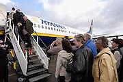 Duitsland, Laarbruch, 15-5-2003..De eerste vlucht van prijsbreker, chartervliegmaatschappij, Ryanair vertrekt van Flughafen, airport Niederrhein, 5 km over de grens tussen Nijmegen en Venlo. De gemeente Bergen vreest geluidsoverlast. Vliegtarieven, toerisme, prijsvechter..Foto: Flip Franssen/Hollandse Hoogte