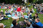 Studenten nuttigen in park Lepelenburg hun lunch. Vandaag zijn in Utrecht de introductiedagen, onder de noemer UIT, van start gegaan. Eerstejaars studenten maken onder begeleiding van ouderejaars kennis met elkaar en de stad waar ze gaan studeren.<br /> <br /> Students are sitting in park Lepelenburg at their introduction week at the Utrecht University.