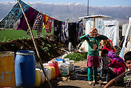 Flygtningelejr i Jeb Jenin. Unge piger vasker t&oslash;j.<br /> <br /> <br /> Refugee settelment in Jeb Jenin.