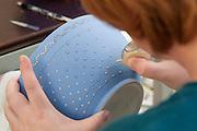 Keramikkünstlerin, Töpferei Reichmann, Bürgel, Thüringen, Deutschland   ceramic artist, pottery Reichmann, Buergel, Thuringia, Germany