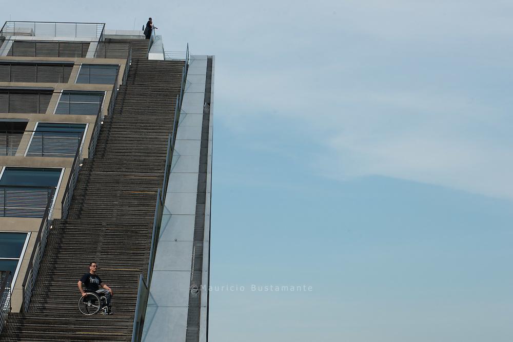 Treppen: Das gr&ouml;&szlig;te Hindernis für Rollifahrer? Nicht für Toni H&ouml;mpler.<br /> Er hat sich eine Treppenbremse ausgedacht, mit der er ohne Hilfe klarkommt.<br /> Er nutzt einen &bdquo;Hill Holder&ldquo;, eine Rückrollsperre, die einen Rollstuhl<br /> an einer Steigung nach hinten abbremsen soll. Den tüftelte Toni so für<br /> seinen Rollstuhl aus, dass er ein Wegrollen nach vorne verhindert. Wie man<br /> damit Treppen hochfahren kann, zeigt Toni am Dockland (Foto S. 30 und<br /> links): eine Hand am Gel&auml;nder, eine auf der n&auml;chsth&ouml;heren Treppenstufe<br /> und dann mit Schwung hochdrücken. Eine anstrengende Angelegenheit,<br /> aber sie macht UNABH&Auml;NGIG: &bdquo;Wenn ich nachts nach Hause komme<br /> und der Fahrstuhl kaputt ist, komme ich trotzdem ganz allein bis in meine<br /> Wohnung.&ldquo; Leichte &Uuml;bung für ihn.