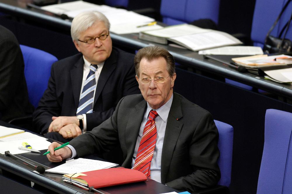 17 MAR 2006, BERLIN/GERMANY:<br /> Frank-Walter Steinmeier (L), SPD, Bundesaussenminister, und Franz Muenetfering (R), SPD, Bundesarbeitsminister, waehrend der Bundestagsdebatte, Regierungserklaerung zum Europaeischen Rat, Plenum, Deutscher Bundestag<br /> IMAGE: 20060317-01-046<br /> KEYWORDS: Franz M&uuml;ntefering