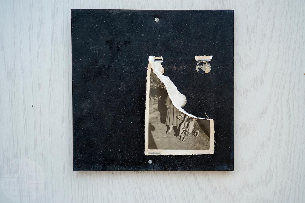 Aan een schutting in Utrecht hangt een verscheurde oude familiefoto.<br /> <br /> An old and damaged photo on a fence in Utrecht.