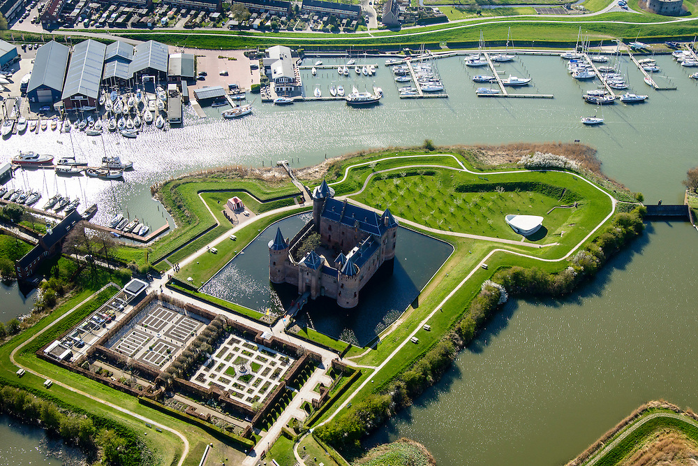 Nederland, Noord-Holland, Gemeente Gooise Meren, 20-04-2015; Rijksmuseum Het Muiderslot. Middeleeuws kasteel, inclusief een gerestaureerde moestuin en een kruidentuin. Vesting Muiden. <br /> Muiderslot, medieval castle, including a restored kitchen garden and a herb garden. <br /> luchtfoto (toeslag op standard tarieven);<br /> aerial photo (additional fee required);<br /> copyright foto/photo Siebe Swart