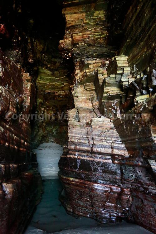La Plage des Cathédrales (Playa de las Catedrales en castillan et Praia das Catedrais en galicien),  plage de la paroisse civile d'A Devesa (es) dans la commune de Ribadeo (province de Lugo - Galice - Espagne) sur la mer Cantabrique, connue pour les formes spectaculaires de ses falaises. Ce site permet, à marée basse, de se promener entre les falaises et les grottes marines formées par l'érosion marine. // Playa de las Catedrales, Ribadeo, Galicia, Spain