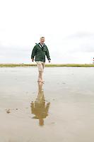 10 AUG 2005 WESTERHEVER/GERMANY:<br /> Joschka Fischer, B90/Gruene, Bundesaussenminister, allein und barfuss im Watt, waehrend Wattwanderung an der Nordsee<br /> IMAGE: 20050810-01-055<br /> KEYWORDS: Watt, Wanderung, Kueste, Küste, Wahlkampf, Bundestagswahl