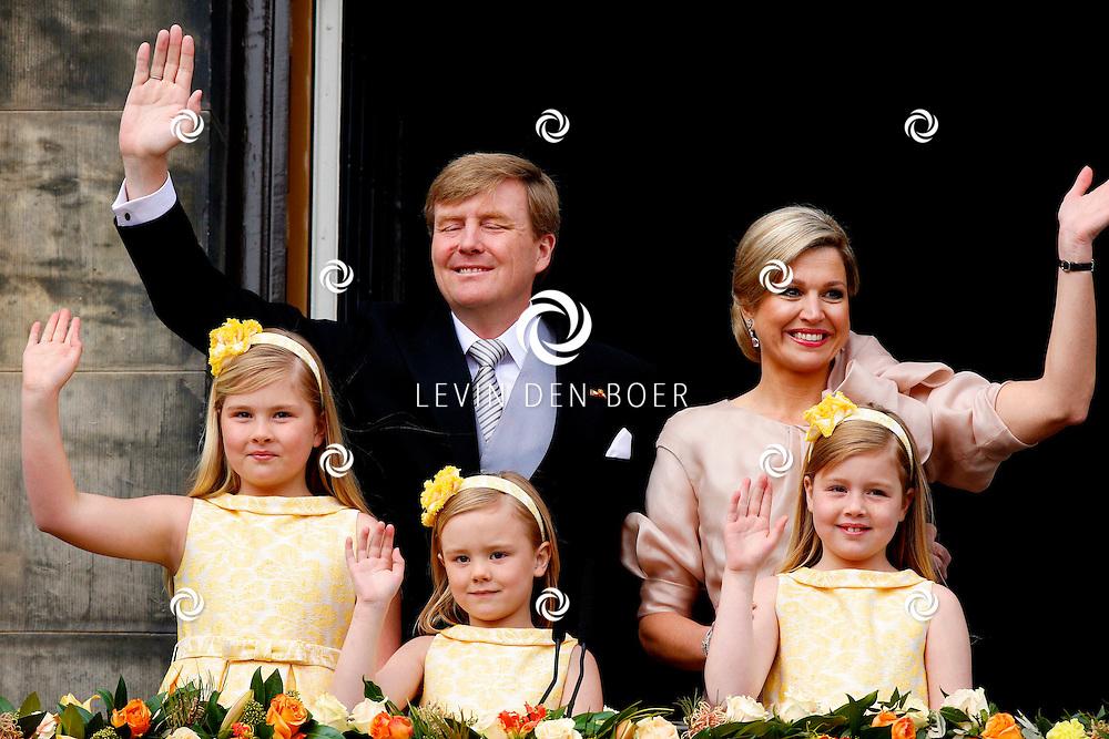 AMSTERDAM - De inhuldiging van Koning Willem Alexander. Met op de foto  Kroonprinses Amalia en de prinsessen Alexia en Ariane staan met hun ouders, koning Willem-Alexander en koningin Maxima, op het balkon van het Koninklijk Paleis in Amsterdam. FOTO LEVIN DEN BOER - PERSFOTO.NU