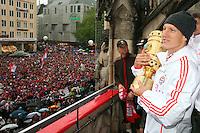 FUSSBALL TRIPELPARTY  SAISON  2012/2013  02.06.2013 Champions Party des FC Bayern Muenchen nach dem Gewinn des DFB Pokal und Triple.  Das Team feiert auf dem Muenchner Marienplatz den historischen Gewinn des CHL Pokal, der Meisterschaft und DFB Pokal.  Bastian Schweinsteiger mit DFB Pokal