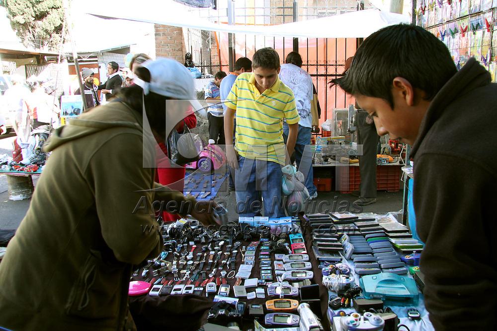 SANTIAGO TIANGUISTENCO, México.- Mucha gente prefiere acudir a los tianguis a comprar ropa, juguetes, zapatos, tenis o animales para el día de reyes, como en el de Santiago Tianguistenco. Agencia MVT / José Hernández. (DIGITAL)