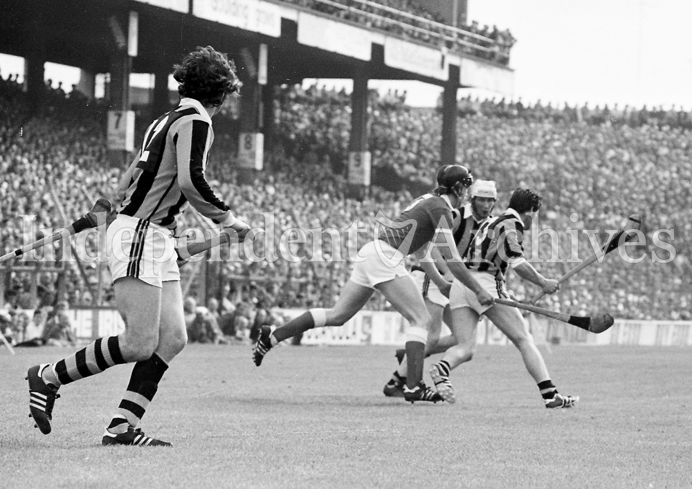 978-102<br /> Cork captain Charlie McCarthy is closely marked by Kilkenny defenders.<br /> (Part of the Independent Newspapers Ireland/NLI collection.)