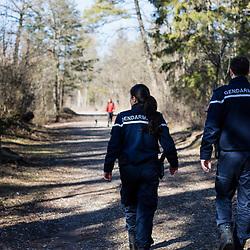 Patrouille de gendarmes départementaux dans un parc d'Annecy à la recherche d'indices d'une reprise de traffics de drogue et contrôle d'identité d'adolescents. <br /> Février 2019 / Annecy (74) / FRANCE<br /> Voir le reportage complet (90 photos) https://sandrachenugodefroy.photoshelter.com/gallery/2019-02-Gendarmerie-departementale-Annecy-Complet/G0000z70yEIPiTjg/C0000yuz5WpdBLSQ