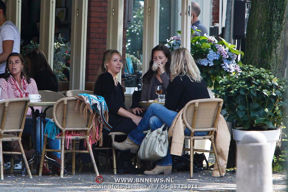 NLD/Amsterdam/20100909 - Micky Hoogendijk en vriendinnen op terras Joffers Amsterdam