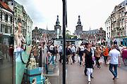 Nederland, Nijmegen, 27-4-2015 Koningsdag in het centrum. Winkelstraat, Broerstraat, in Nijmegen op een marktdag. Reflectie van de stevenstoren, stevenskerk in een ruit, winkelruit, etalage. Winkelen, markt. Foto: Flip Franssen/Hollandse Hoogte