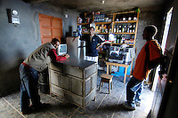 16 JAN 2006, CAMPANAS DE CIMA/FOGO/CAPE VERDE:<br /> Kleines Geschaeft mit Inhaber (M) im Bergdorf Campanas de Cima, Insel Fogo, Kapverdische Inseln<br /> Little shop with owner (M) in a small village in the mountains, Campanas de Cima, Island Fogo, Cape verde islands<br /> IMAGE: 20060110-01-016<br /> KEYWORDS: Travel, Reise, Natur, nature, cabo verde, Dritte Welt, Third World, Kapverden, Handel, Einzelhandel, Geschaeft, Geschäft, Verkäufer, Verkaeufer, Laden