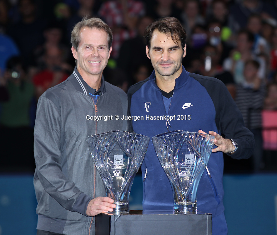Roger Federer (SUI) erhaelt den Sportsmanship Award, hier mit seinem Trainer Stefan Edberg,ATP World Tour Finals, O2 Arena, London, England.<br /> <br /> Tennis - ATP World Tour Finals 2015 - ATP -  O2 Arena - London -  - Great Britain  - 15 November 2015. <br /> &copy; Juergen Hasenkopf/Grieves