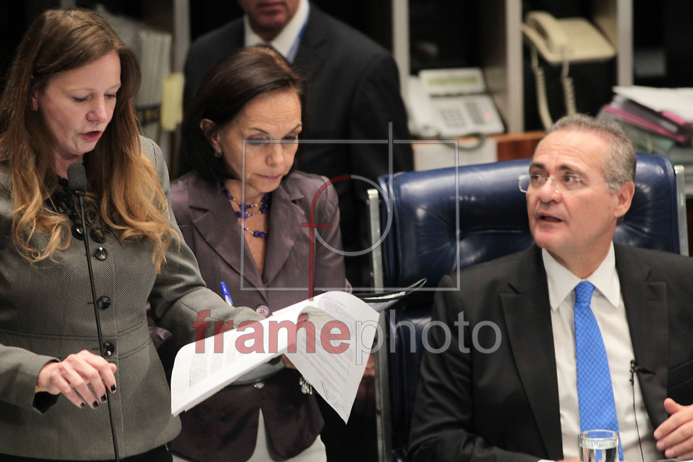 Brasilia, 01/04/2014. Senadora Vanessa Grazziotin e o presidente do Senado Federal Senador Renan Calheiros, durante a leitura da instalacao da CPI da Petrobras, no plenario do senado.Foto: Joel Rodrigues/FRAME
