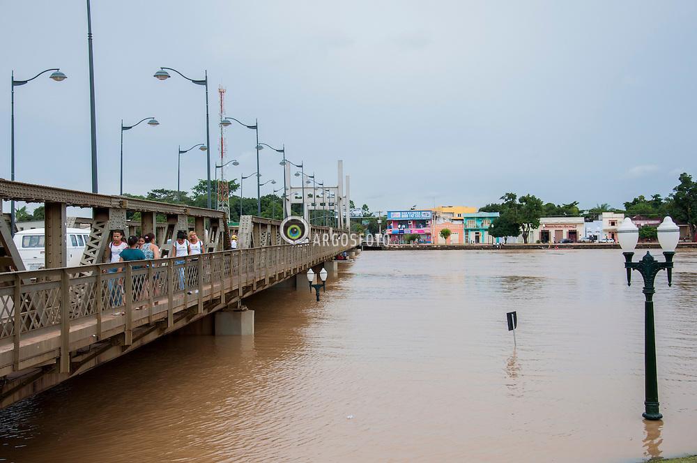 """Passarela Joaquim Macedo sobre o Rio Acre, Rio Branco.A enchente do Rio Acre em 2012 e a maior da historia em numero de atingidos. """"Enchente"""" """"ou cheia"""" e, geralmente, uma situacao natural de transbordamento de agua do seu leito natural, provocada geralmente por chuvas intensas e continuas./Acre River flooding.A flash flood is a rapid flooding of geomorphic low-lying areas?washes, rivers, dry lakes and basins. It may be caused by heavy rain associated with a storm, hurricane, or tropical storm."""