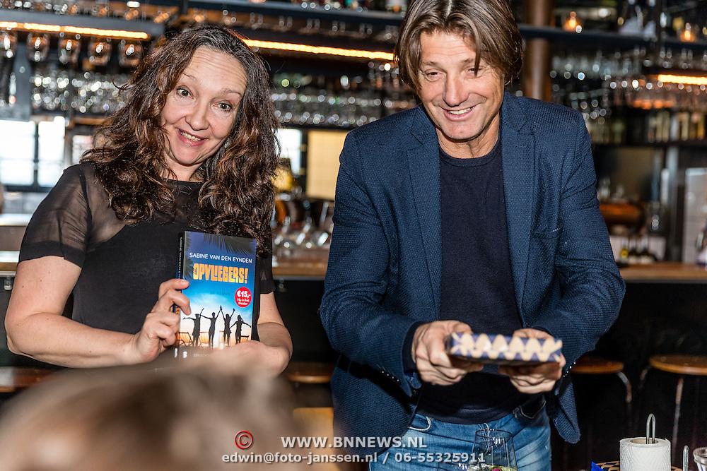 NLD/Amsterdamt/20170111 - Nieuwjaarsborrel Opvliegers 2, Rick Engelkes krijgt eerste boek overhandigt van schrijfster Sabine van den Eynden