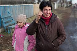 Ukraina<br /> Violetta 12, bor i byn Nikishino i republiken Donetsk. Hennes hus, by och skola har blivit sönderbombade av granater. Hennes mamma Tatyana gråter över situationen.<br /> <br /> Photo: Niclas Hammarström