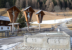 THEMENBILD - auch zum Jahresende weiterhin kein Neuschnee in Sicht. Nach dem Temperatursturz sind die Beschneiungsanlagen nun wieder voll im Einsatz. Hier im Skigebiet Grossglockner-Resort Kals Matrei sind im Vollbetrieb mehr als 200 Schneeerzeuger im Einsatz und sichern dadurch den Skibetrieb. Aufgenommen am 31. Dezember 2015 in Kals // Also at year end still no snow in sight. After the drop in temperature, the snow machines are now again fully operational. Here in the ski Grossglockner Resort Kals-Matrei are in full operation, more than 200 snow guns in use and thus ensure ski operation. Pictured on 12/31/2015 at the Grossglockner Resort Kals-Matrei, Austria. EXPA Pictures © 2015, PhotoCredit: EXPA/ Johann Groder
