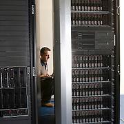 Nederland Rotterdam 15 december 2008 20081215 Foto: David Rozing ..Medewerker ICT afdeling servicedienst gemeente Rotterdam checkt processen in de serverruimte..Foto: David Rozing