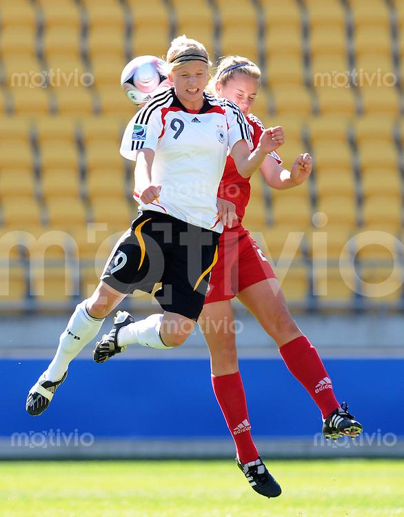 Fussball Frauen FIFA U 17  Weltmeisterschaft 2008     08.11.2008 Viertelfinale Deutschland - Kanada Tabea Kemme (li,GER) gegen Lauren Granberg (re,CAN)