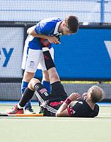 UTRECHT - Billy Bakker (A'dam) heeft kramp. Lars Balk (Kampong) helpt hem   tijdens   de finale van de play-offs om de landtitel tussen de heren van Kampong en Amsterdam (3-1). Kampong kampioen van Nederland. COPYRIGHT  KOEN SUYK