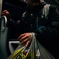 HSSU 20150421 N-Juna, Kuukausiliite. Pullonkerääjä junassa. Kuva: Benjamin Suomela