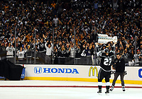 Ishockey , Los Angeles Kings Right Wing Dustin Brown 23  Lifts The Stanley Cup during The Post Game Celebration of The Stanley Cup Final between The New York Rangers and The Los Angeles Kings AT Staples Center in Los Angeles Approx The Kings defeated The Rangers 3 2 to Win The Stanley Cup NHL Ice hockey men USA Jun 13 Stanley Cup Final Rangers AT Kings Game 5 <br />