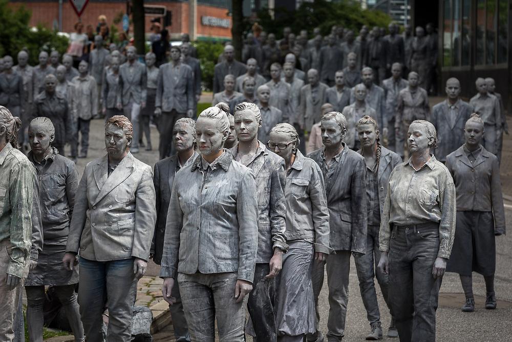 """Hamburger Künstler und Künstlerinnen protestieren am 5. Juli 2017 mit der Performance """"1000 Gestalten"""" gegen den G20 Gipfel."""