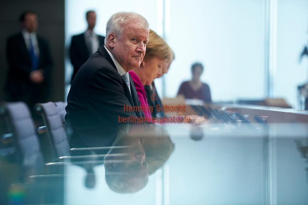 """Ministerpraesident von Bayern Horst Seehofer (CSU) , Bundeskanzlerin Angela Merkel (CDU) und Buergermeister von Hamburg Olf Scholz (SPD) in der Bundespressekonferenz zum Thema """" Koalitionsvertrag von CDU, CSU und SPD""""  in Berlin. / 12032018,DEU,Deutschland,Berlin"""
