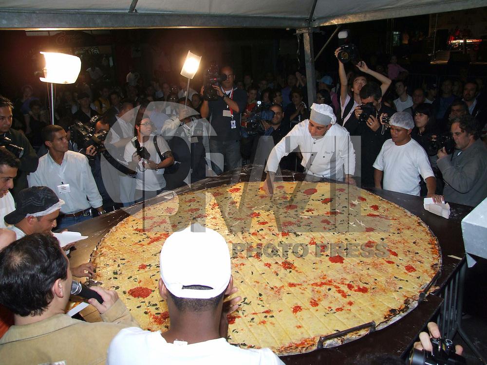 SÃO PAULO, SP, 10 DE JULHO DE 2009 - SAMPA PIZZA - Na noite desta sexta-feira (10), comemora-se o Dia da Pizza e a cidade para comemorar está data monta a maior pizza  já feita no Brasil, com 2,20 metros de diâmetro no bairro na Moóca região leste da capital paulsita FOTO: VANESSA CARVALHO / BRAZIL PHOTO PRESS