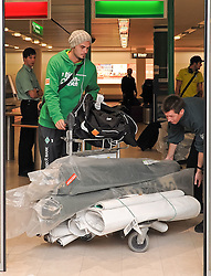 11.01.2010, Flughafen, Bremen, GER, Ankunft Werder Bremen Trainingslager Belek Türkei / Tuerkei 2011, im Bild Denni Avdic (Bremen #9, links)   EXPA Pictures © 2011, PhotoCredit: EXPA/ nph/  Frisch       ****** out of GER / SWE / CRO ******