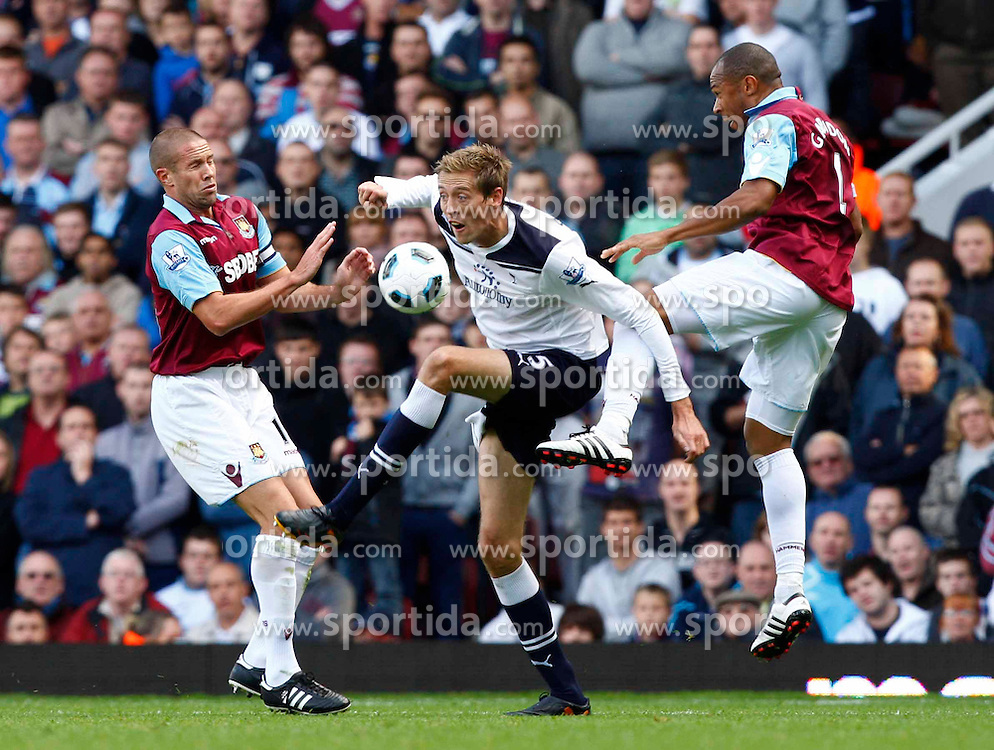 25.09.2010, Upton Park, London, ENG, PL, West Ham Utd vs Tottenham Hotspur, im Bild Peter Crouch holds of Matthew Upson of West Ham United, EXPA Pictures © 2010, PhotoCredit: EXPA/ IPS/ Kieran Galvin *** ATTENTION *** UK AND FRANCE OUT! / SPORTIDA PHOTO AGENCY