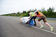 Lieske Yntema gaat van start voor haar  poging. Het Human Power Team Delft en Amsterdam (HPT), dat bestaat uit studenten van de TU Delft en de VU Amsterdam, is in Senftenberg voor een poging het laagland sprintrecord te verbreken op de Dekrabaan. In september wil het HPT daarna een poging doen het wereldrecord snelfietsen te verbreken, dat nu op 133 km/h staat tijdens de World Human Powered Speed Challenge.<br /> <br /> Lieske Yntema starts for her record attempt. With the special recumbent bike the Human Power Team Delft and Amsterdam, consisting of students of the TU Delft and the VU Amsterdam, is in Senftenberg (Germany) for the attempt to set a new lowland sprint record on a bicycle. They also wants to set a new world record cycling in September at the World Human Powered Speed Challenge. The current speed record is 133 km/h.
