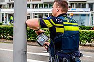 ROTTERDAM - een politie agent met een laser pistool flitser boete snelheid overtreding bekeuring betalen , auto verkeer , snelheid ,  ROBIN UTRECHT